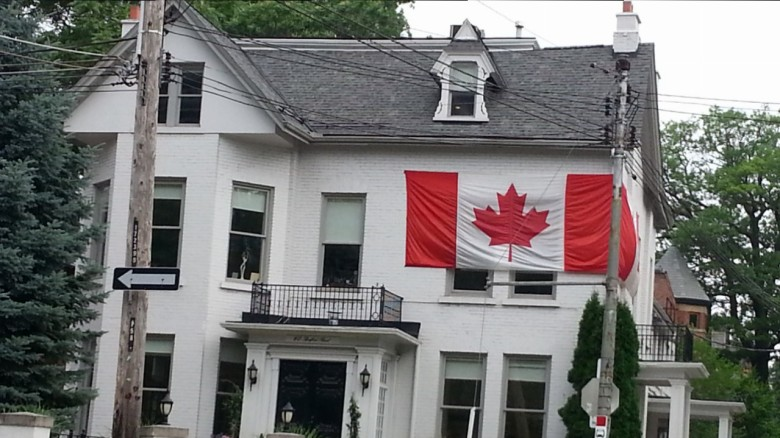 white house showing the red & white flag of Canada